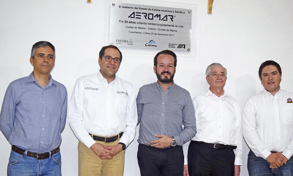 Aeromar celebra con placa haber cumplido 25 años de volar a Colima