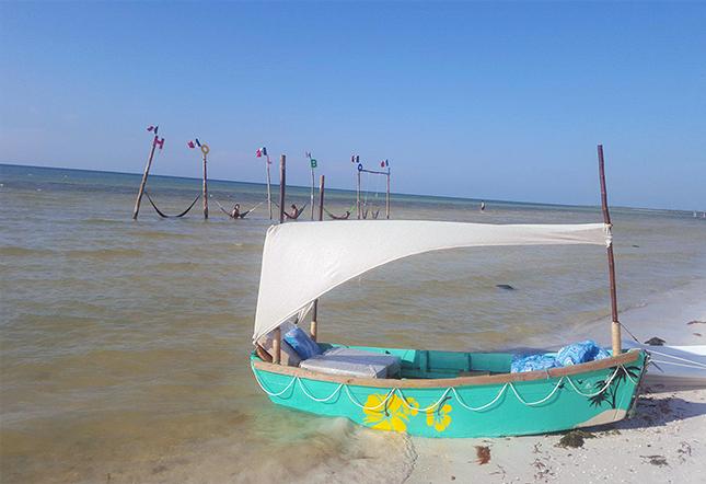 bote frente a la playa letras holbox