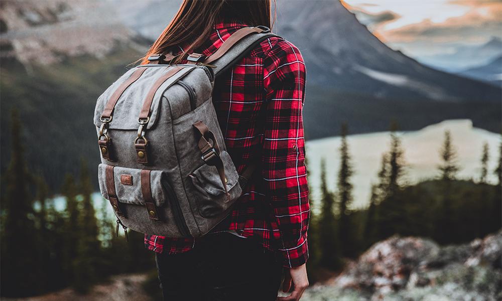 mujer joven con mochila al hombro viajeros mexicanos