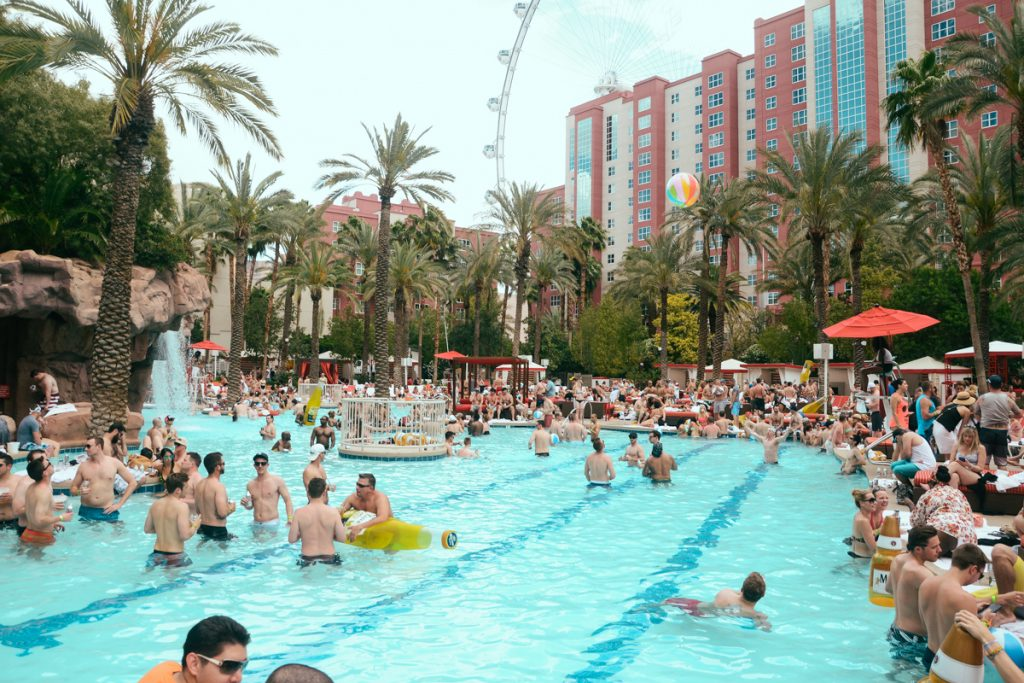 DJ tocando en pool party las vegas