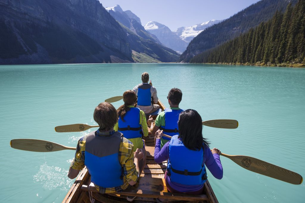 Lago Minnewanka banff alberta canada