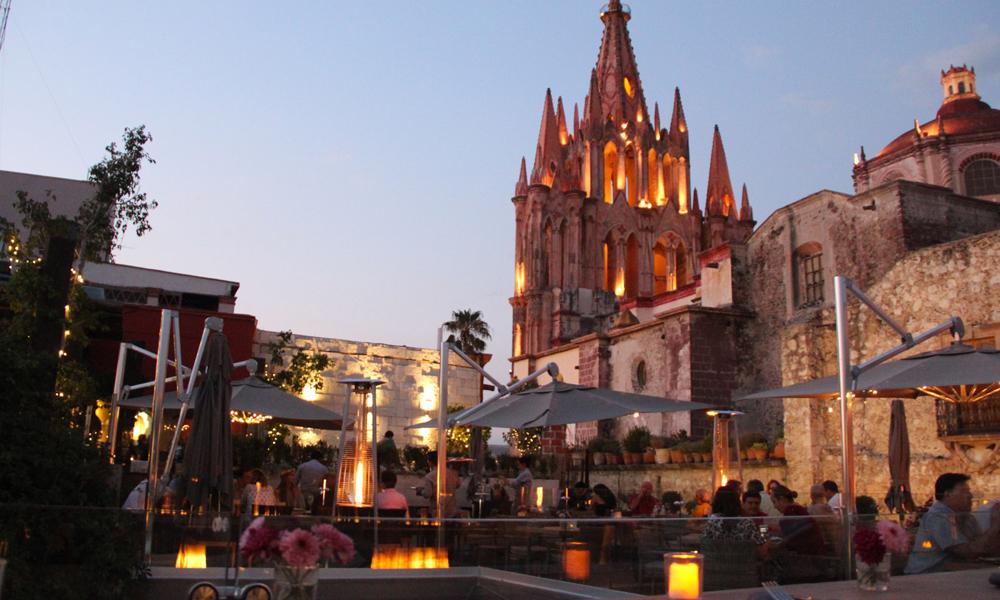 Qué-hacer-en-San-Miguel-de-Allende-de-noche-con-tu-pareja-Quince-Rooftop