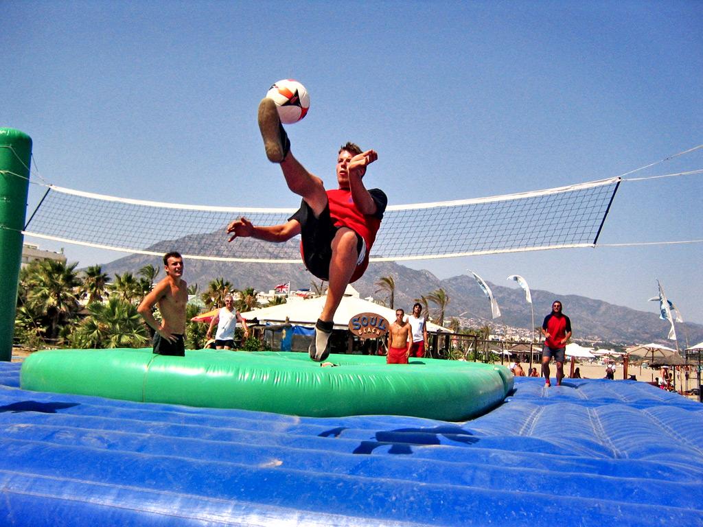 las mejores pool parties del mundo para el verano Bossaball