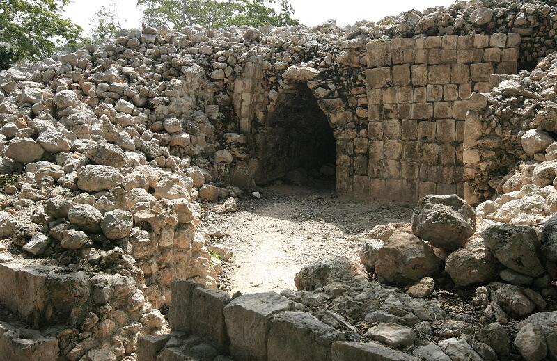 Explora la zona arqueológica de Edzná, Campeche