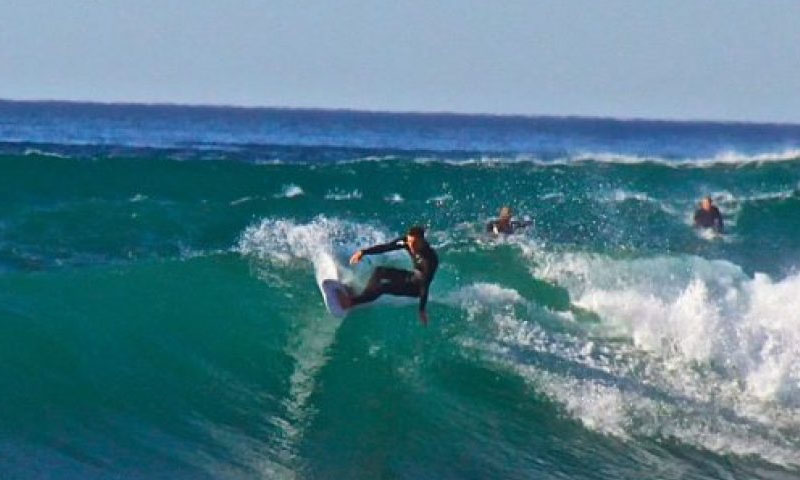visitantes haciendo surf en Rosarito