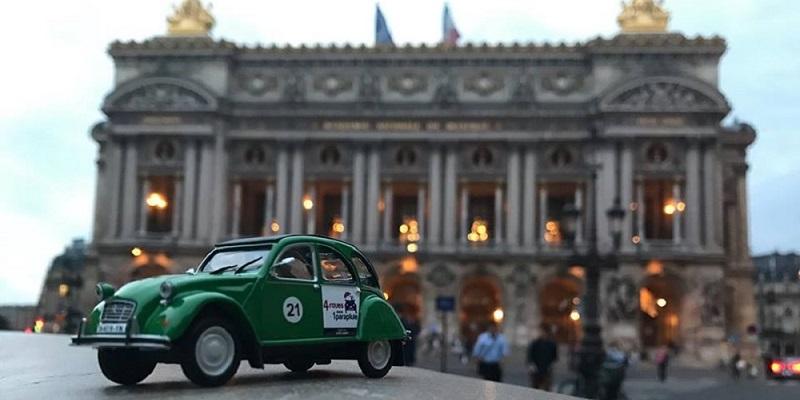 A bordo de la mítica Citroën   Recorrer París a bordo de la fabulosa Citroën 2CV permite a los locales mostrarles a los viajeros el otro rostro de la ciudad.  Y es que el conductor del vehículo más allá de ser un chofer es un guía que ama el arte, cultura e historia de su país. Por ello, te comparten algunos de los secretos de París.  El trayecto les muestra suntuosas avenidas y maravillosos monumentos. También pasan por insospechables callejuelas y plazas iluminadas. Todo ello se admira perfectamente con el techo descapotable de la 2CV.  La compañía 4 roues sous 1 parapluie ofrece diferentes itinerarios, los cuales se adaptan a los intereses de los viajeros.