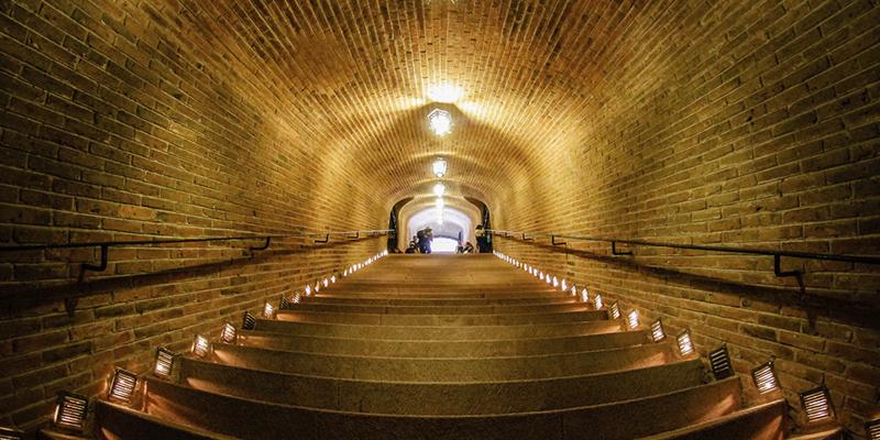 """Любитель вина?</p></div><p> Познакомьтесь с Finca Sala Viv#233; от Freixenet, в Кро"""" title=""""Любитель вина? Познакомьтесь с Finca Sala Viv#233; от Freixenet, в Кро""""/> Фото: Финка Сала Виве Если у вас мало времени, чтобы насладиться Finca Sala Vivé, это ваш лучший вариант. Этот тур длится около 25 минут и включает посещение погреба, одного из самых глубоких в Латинской Америке, расположенного в 25 метрах под землей.</p> <p> Опытный гид объяснит, как производится вино, с момента его сбора до продажи. Вы узнаете, при какой температуре хранятся вина, какую роль играет сахар, как удаляется осадок и многое другое.</p> <p> Знаете ли вы, что способ изготовления красного, розового и белого вина зависит не только от сорта винограда? Чтобы закончить опыт, вы можете попробовать вино из дома Freixenet. Доступно каждый день.</p> <p><div style="""