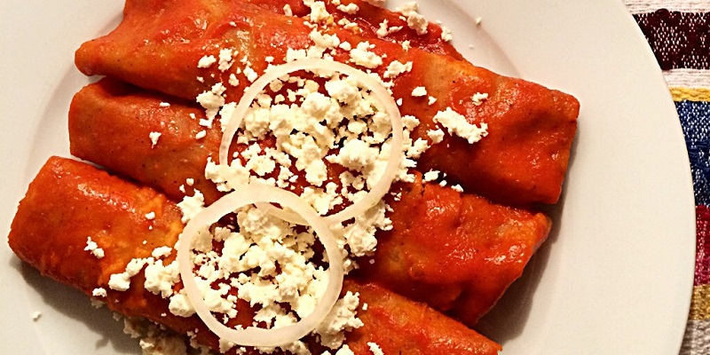 Las enchiladas quintanarroenses con chile ancho, guajillo, almendras y cacahuate.