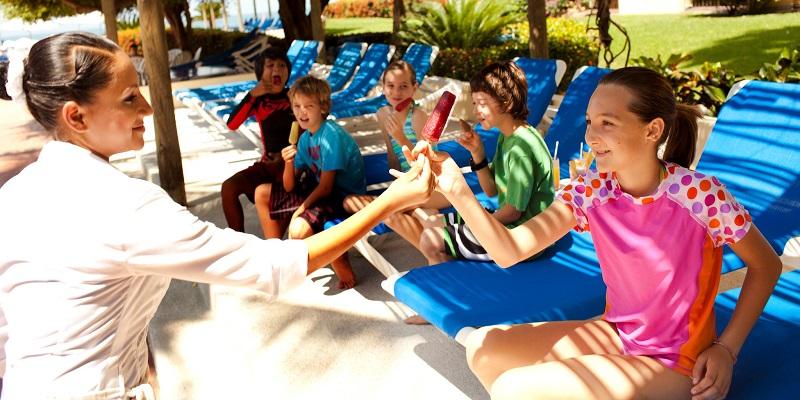 El hotel sorprende a los pequeños con paletas y postres en el área de alberca.