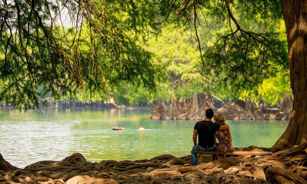 visitantes mirando el lago de camecuaro