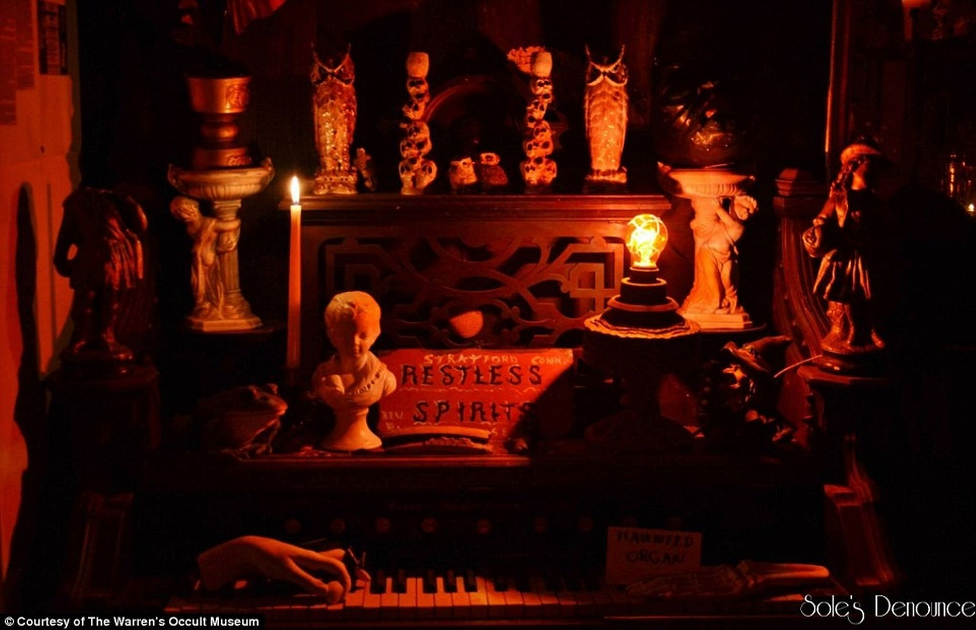 El piano que se toca solo en el museo de los Warren