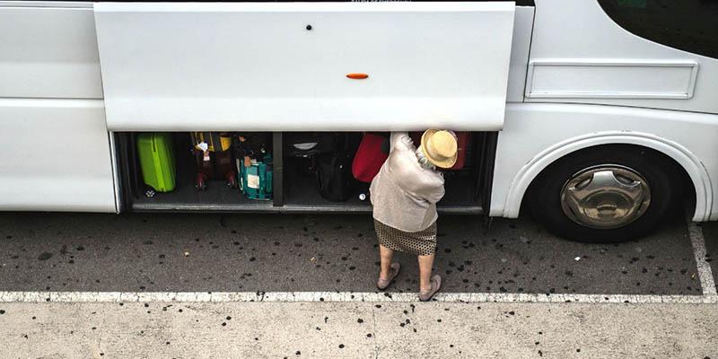 Vigilando maletas en el autobús