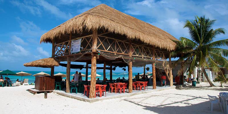 playa-tortugas-cancun-palapa